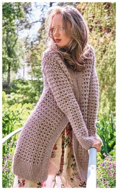A CARDIGAN WITH A PATTERN OF LUSH COLUMNS  PRACTICAL AND STYLISH